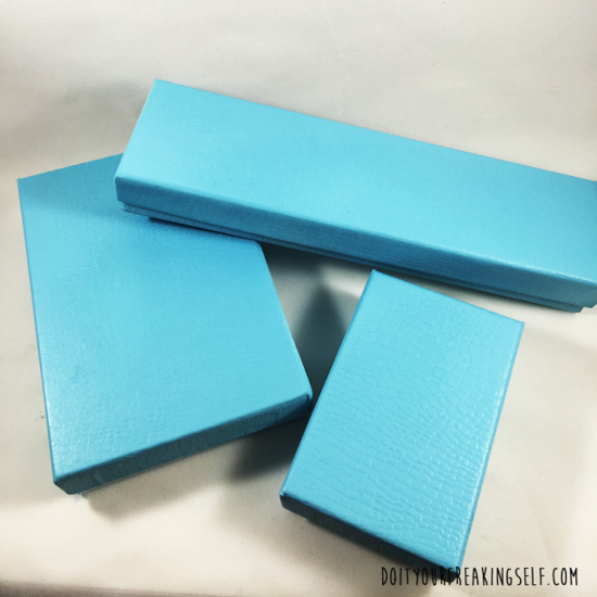 Make your own DIY Jewelry box. Great kids crafts for gifting and themed play dates. - doityourfreakingself.com