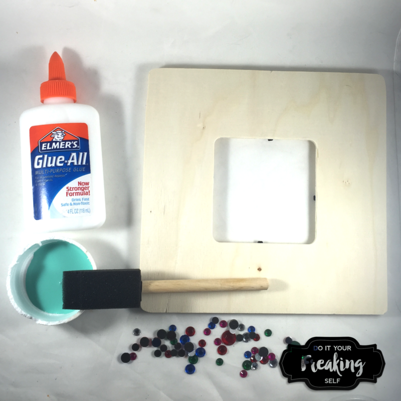 Kids DIY picture frame - fun and easy for the kiddos to make. They make great Mother's Day and Father's Day gifts and kids will love painting and gluing on gems.