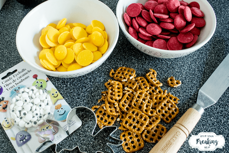 Make this fun Finding Dory Hank the Octopus Bark for your next Finding Dory party! Fun and colorful party snack kids can help with.