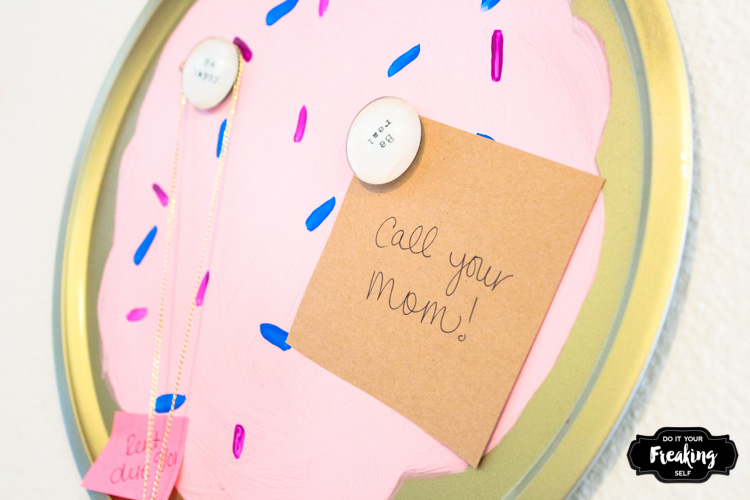 Use an old Pizza pan to create a one of a kind Sugar Cookie DIY Magnet Board. Sweeten up your command center!