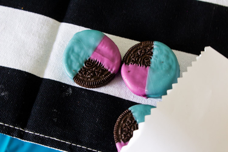Add some fun color to your snacks with these simple color blocked oreos! Make them in your team colors, party theme and more! - Graduation Dessert   Team Oreos   Chocolate dipped oreos   Easy decor   Food Crafts - Doityourfreakingself.com