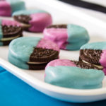 Add some fun color to your snacks with these simple color blocked oreos! Make them in your team colors, party theme and more! - Graduation Dessert | Team Oreos | Chocolate dipped oreos | Easy decor | Food Crafts - Doityourfreakingself.com