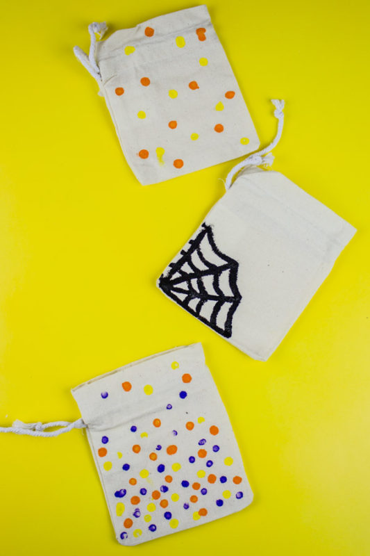 Create these simple Painted Halloween Mini-Giftbags for all of your holiday treats and goodies! A quick project for everyone to enjoy!