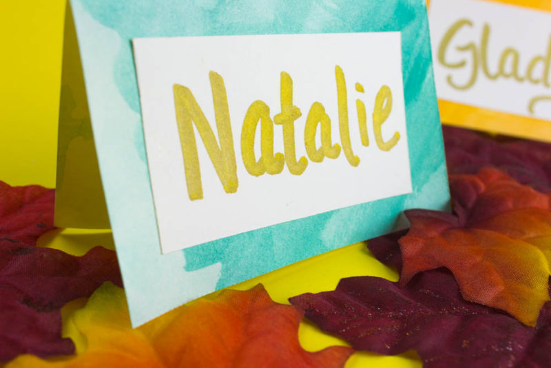 These simple watercolor napkin rings and place cards are a classy addition to any party table setting! Use them for buffet labels too! #thanksgiving #tablesetting #friendsgiving #party