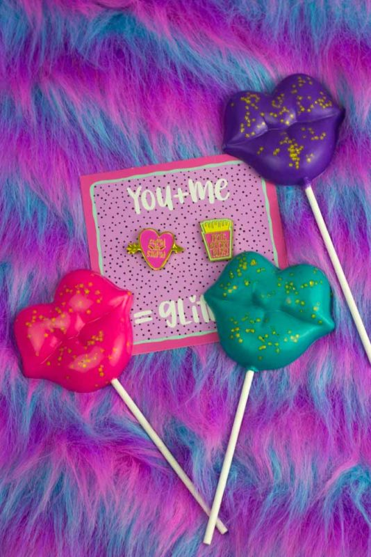 Sweeten up your Galentines or Valentines gifts with thesebright Edible Glitter Valentines Pops! Add a candy flavor for even more variety! | Do It Your Freaking Self | #Chocolate #lollipops #edibleGlitter #Valentines