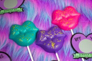 Sweeten up your Galentines or Valentines gifts with these bright Edible Glitter Valentines Pops! Add a candy flavor for even more variety! | Do It Your Freaking Self | #Chocolate #lollipops #edibleGlitter #Valentines