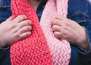 Warm up with a DIY Loom Knit 2 Tone infinity scarf. Super simple and super cozy! Perfect for the breezy weather.