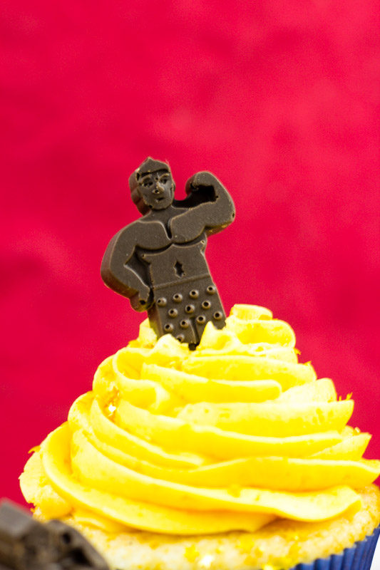 oscars champagne cupcakes - hollywood - gold frosting
